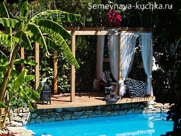 пергола у бассейна на даче