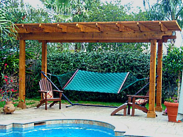 уютный гамак на даче у бассейна