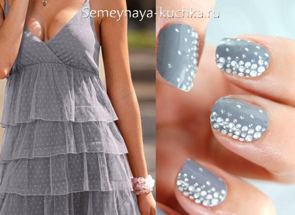 нежные стразы на ногтях под серое платье