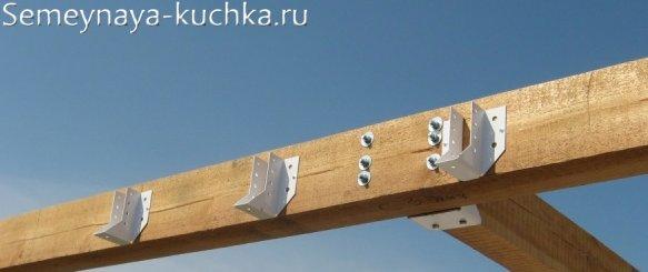крепление балок на скобы-держатели при строительстве перголы