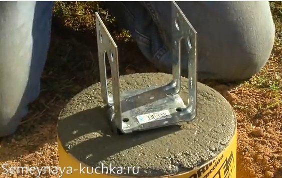 утанавливаем столб в цемент