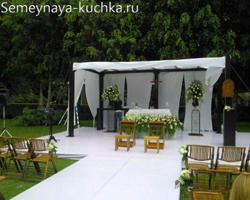 место для жениха и невесты во дворе