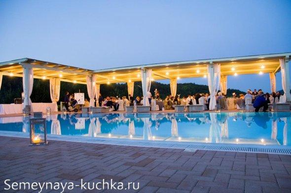 свадьба у бассейна