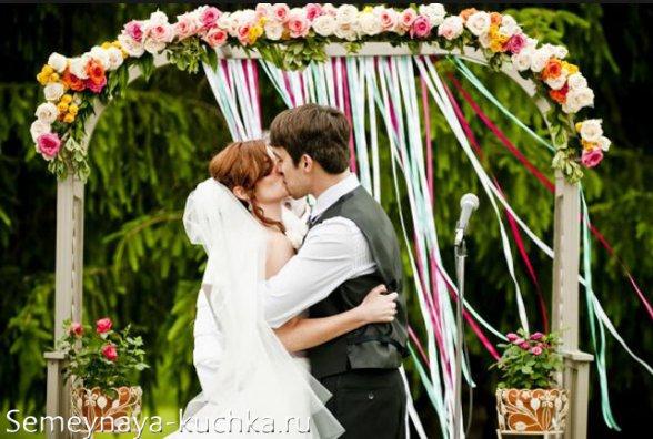 свадебная арка с ленточками