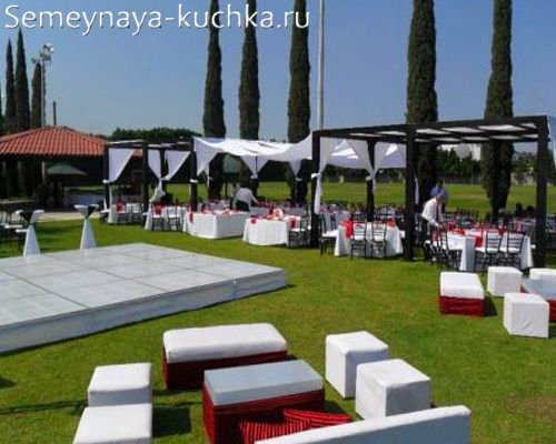 диванчики для свадьбы на траве