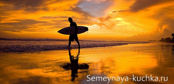 градиентный закат с серфингистом