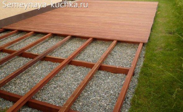 мостим деревянный настил под навес