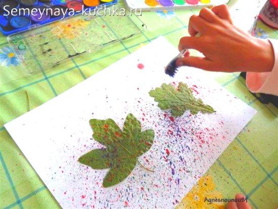 трафаретная картина из листьев и зубной щетки