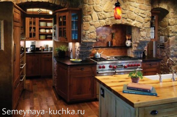 грубая каменная облицовка в интерьере кухни