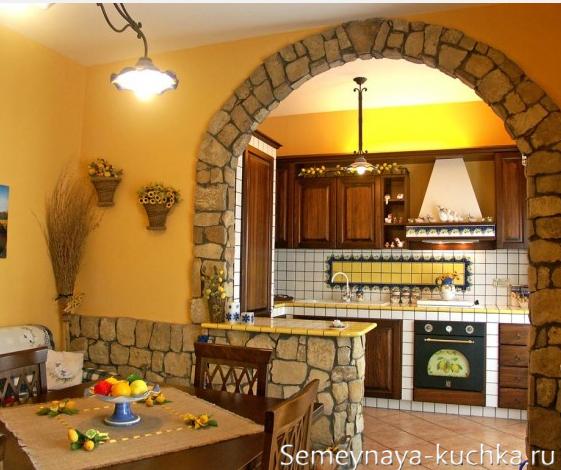 арочный проем из камня на кухне