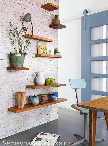 каменная стена на кухне белая