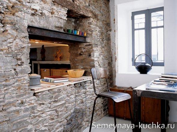 каменная стена на кухне для зонирования