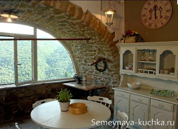 арочное окно с отделкой камнем на кухне
