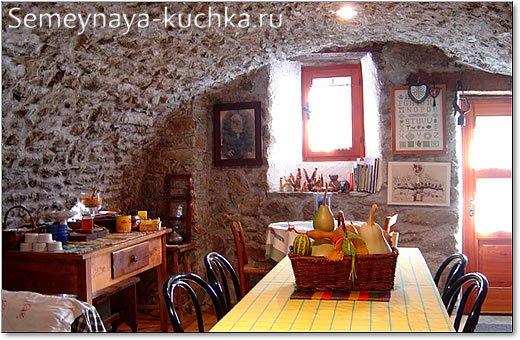 арочный каменный проем в интерьере кухни