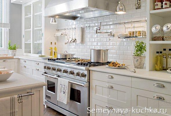 белый крашеный камень на стене кухни