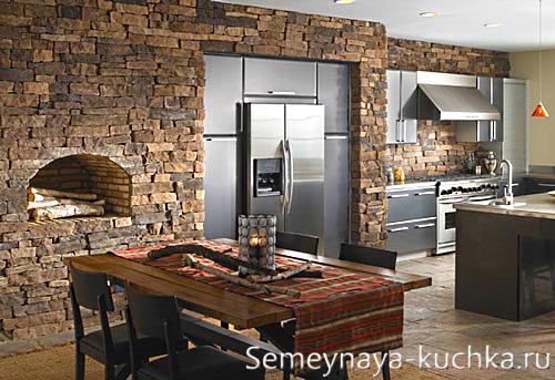 фальш-камин на кухне из камня