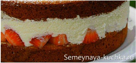 торт с клубничной фруктовой начинкой