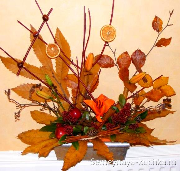 букет из осенних листьев в оазисе