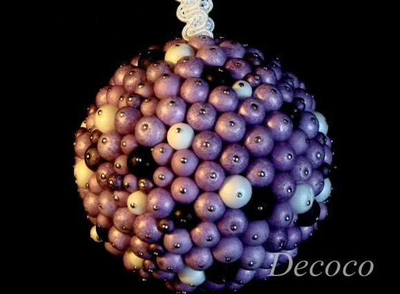 новогодний шар с бусинами