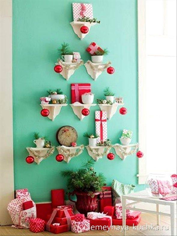 елка на кухне на стене