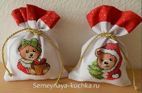 вышивка в новогодней тематики медвежата