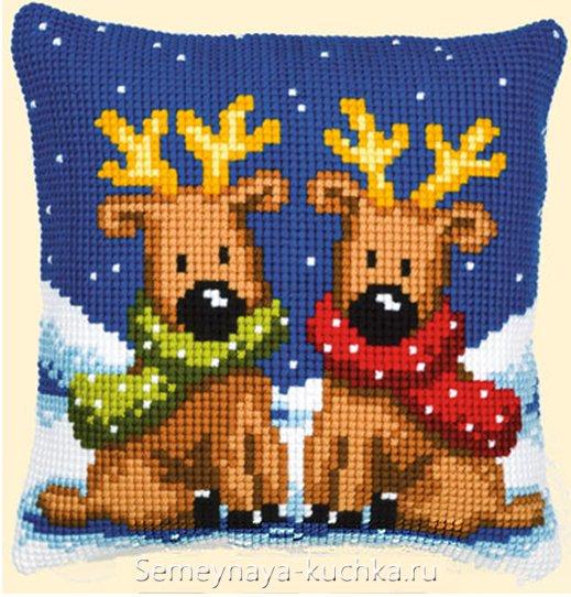 олени крестиком на новогодней подушке