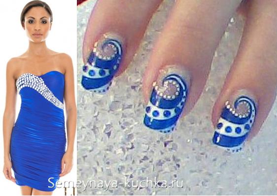 синий маникюр под платье со стразами