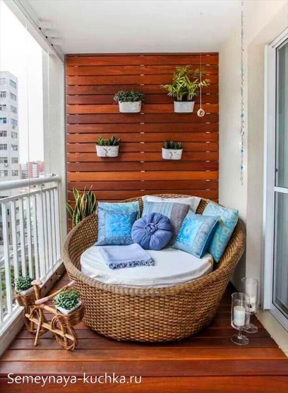 дизайн балкона с креслом