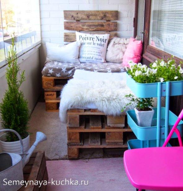 балкон с диваном из паллет
