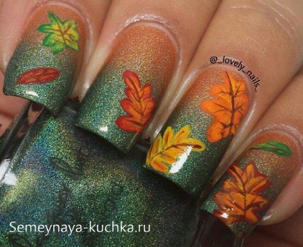 дубовые и кленовые листья на ногятх