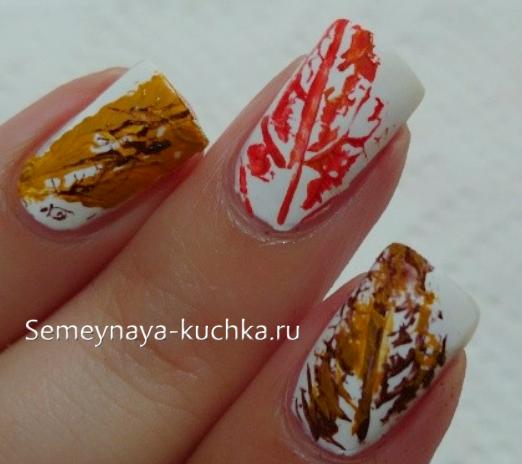 отпечатки осенних листьев на ногтях
