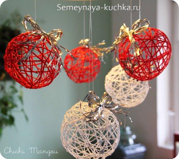 новогодний шар из ниток на красный новый год