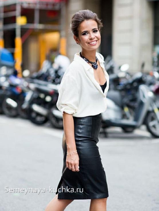 черная узкая юбка из кожи