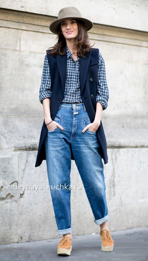 пальто без рукавов с джинсами