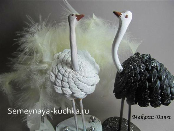 поделки страусы из шишки