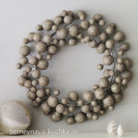 рождественские венки из пенопластовых шаров и проволоки