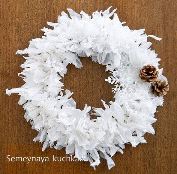 пушистый белый новогодний венок