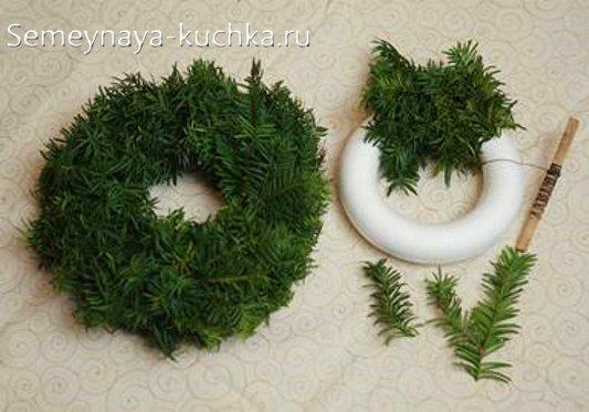 рождественский венок с пенопласта и еловых лапок