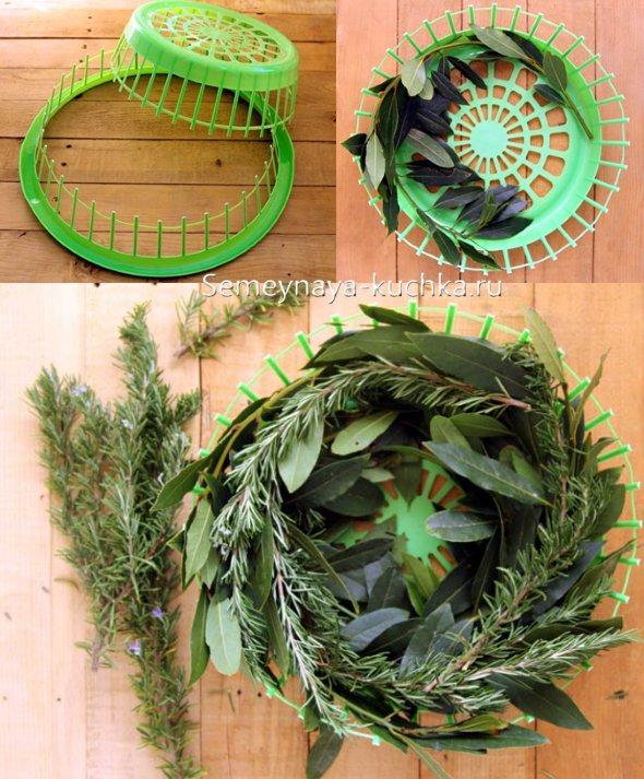 зеленый новогодний венок из свежих веток и трав