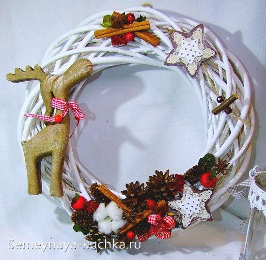 как украсить новогодний венок из лозы