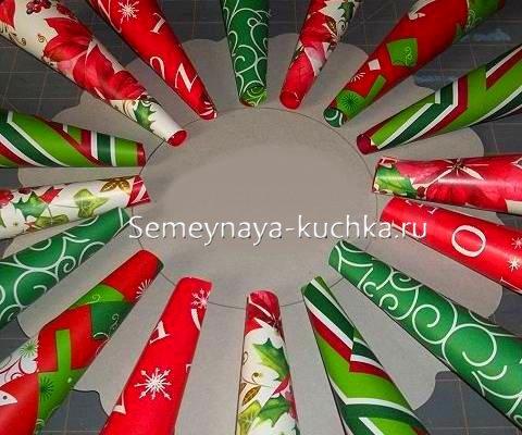 рождественский венок из бумажных трубочек