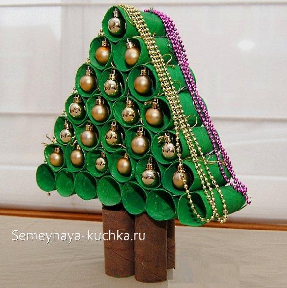 елка из рулончиков картонных