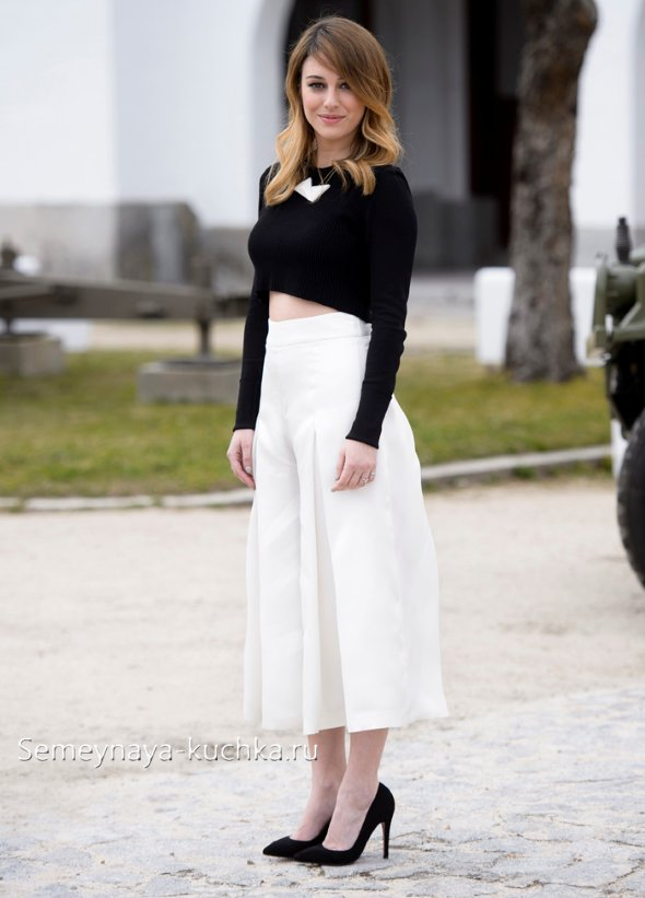 белая юбка и черный джемпер