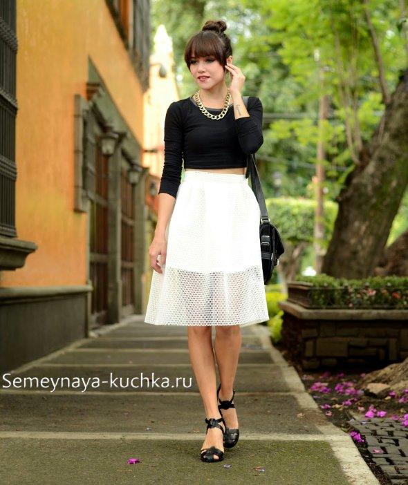 белая юбка и черный верх