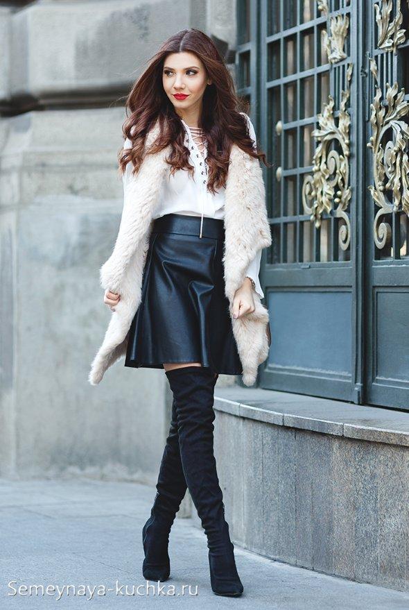 черная кожаная юбка с сапогами