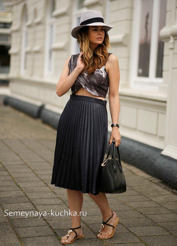 черная юбка со шляпой