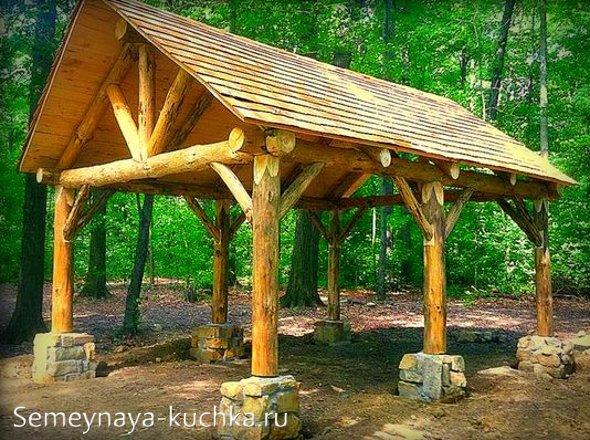деревянная беседка из тесаного бревна на дачу