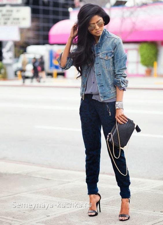 джоггеры с джинсовой курткой
