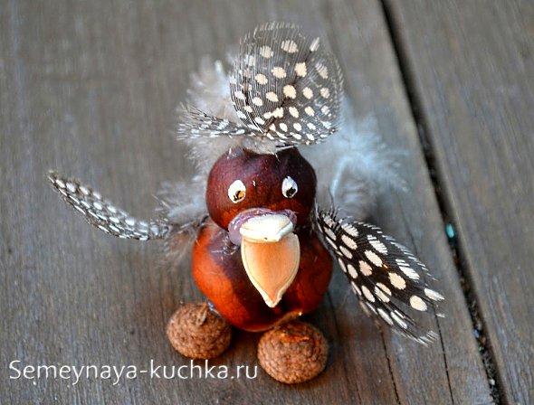 поделка птица из каштана с перьями