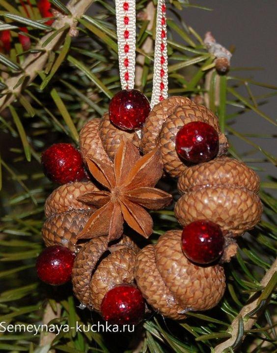 поделка на елку из желудей